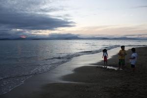Crianças ao pôr-do-sol no Ribeirão da Ilha - foto de Felipe Obrer