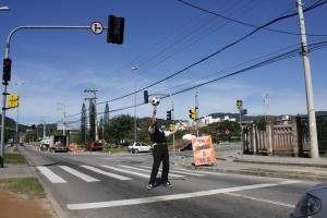 Malabarista do sinal vermelho (foto: Felipe Obrer)